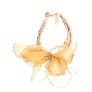 Pulsera de cuero en tono beige y flor en tela