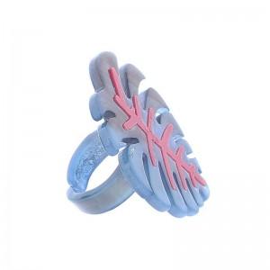 Sortija de resina con forma de hoja en azul