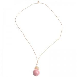 Collar de cuero marrón y varias cunetas de resina en tonos rosas