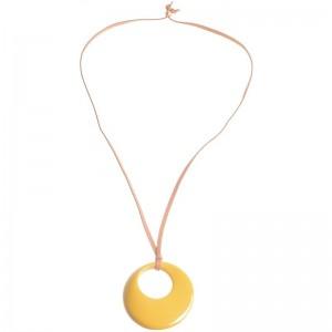 Collar largo con colgante de resina en amarillo