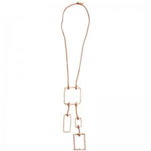 Collar largo con cuero en marrón y detalles en metal