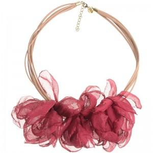 Gargantilla con varias vueltas de cuero y grandes flores de tela