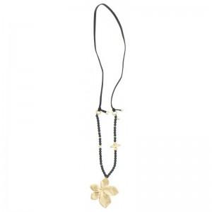 Collar largo de cuero en negro con colgante en forma de flor dorada
