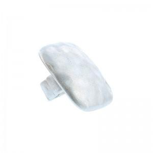 Sortija de metal con forma cuadrada