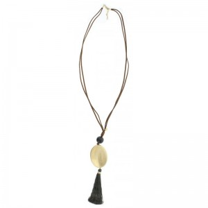 Collar largo con antelina doble y colgante ovalado con fleco