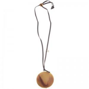 Collar largo de antelina con colgante redondo de resina