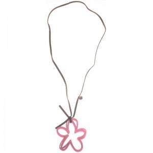 Collar largo con colgante en forma de flor calada