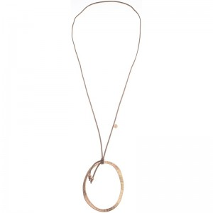 Collar largo de antelina y una gran anilla de metal como colgante