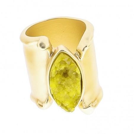 Anillo de metal dorado con piedra de resina