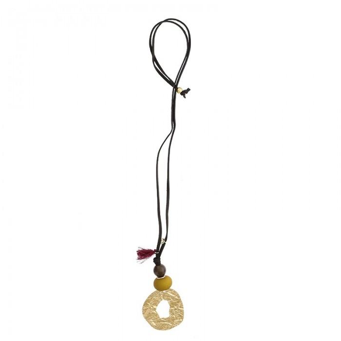 Collar largo con gran colgante de metal dorado y cuentas de colores