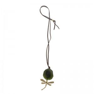 Collar largo de antelina con libélula en metal dorado