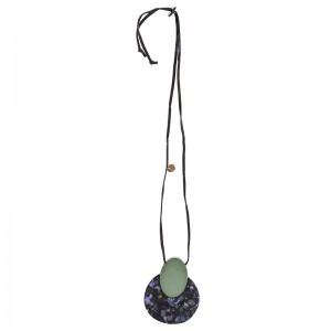 Collar largo con colgante redondo en tono verde y marmolado