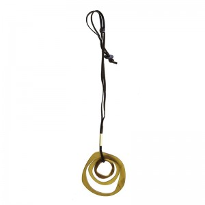 Collar largo con colgante don 3 anillas de resina en amarillo