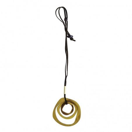 Collar largo de antelina con triple anilla en amarillo
