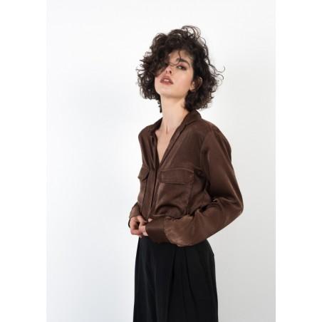 Camisa con bolsillos en color marrón