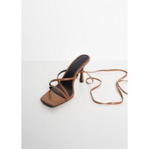 Sandalias de tacón con finas tiras y anudadas al tobillo